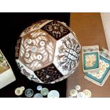 Amaryllis Artworks Stickvorlage The Quaker Button Ball