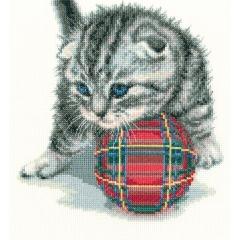 Katze mit Ball - Stickpackung Kreuzstich RTO mit Aida