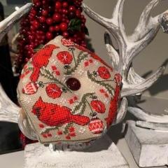 Cardinal Biscornu - Kreuzstichvorlage Tiny Modernist Inc