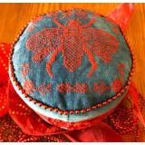 Dames of the Needle Stickvorlage Royal Red Bee Drum