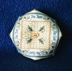 The Bee Cottage Stickvorlage Crystal Honey Biscornu Pincushion